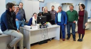 Víctor Hugo Mesa, con algunos empleados del Recreativo de Huelva.