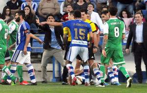 Pavón protestándole al árbitro del partido. (Espínola)