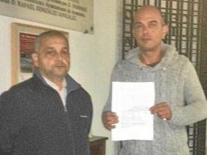 los dos trabajadores con el escrito que no quiso recoger mario jimenez-20-WA0001