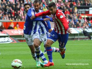 Víctor Díaz presionando a un jugador del Sporting.