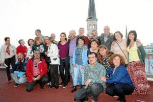 Foto lista de IU-Huelva con Ayuntamiento al fondo