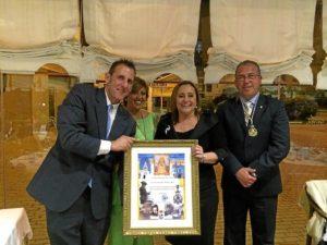 La Alcaldesa junto al Pregonero, la Hermana Mayor y el Presidente de la Hermandad en el Homenaje