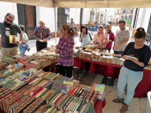 Stand solidario de venta de libros