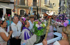 03_Momento en el que la Alcaldesa entrega el ramo de flores al Simpecado