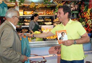 Reparto electoral de Ciudadanos en el mercado del Carmen.