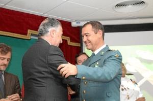 171 ANIVERSARIO GUARDIA CIVIL EN HUELVA-Subdelegado condecora coronel en acto 171 aniversaerio Guardia Civil