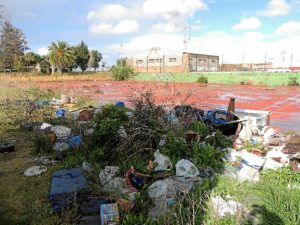 Suciedad acumulada en las  pistas deportivas de La Navidad.