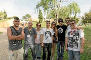 El concejal de Cultura y la Coordinadora del Area de Juventud con alguno de lso jovenes participantes