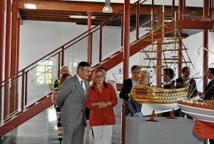La Alcaldesa muestra al Rector uno de los trabajos de Jose Zamudio expuestos en la entrada