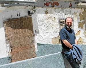 Pedro Jiménez junto a su casa natal, en la barriada de Santa Lucía de la capital.