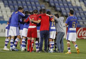 Jugadores y técnico del Recreativo haciendo piña al final del partido. (J. Pérez)