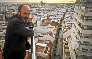 Pedro Jiménez observa la ciudad que aspira a gobernar.