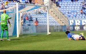 Pedro Ríos haciendo el tercer gol del Decano ante el Sabadell. (Espínola)