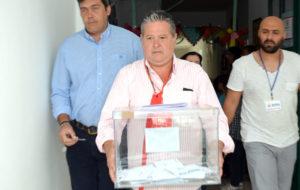 La urna de votaciones es sacada a la calle para que pueda depositar su voto una mujer impedida.
