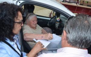 La mujer impedida vota desde el coche en la aldea del Rocío.