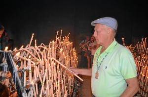 Cientos de velas iluminan  las plegarias de los rocieros.