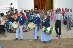 Grupo de tamborileros en las puertas de la ermita.