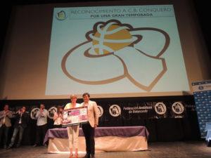 Gabriel Cruz, alcalde de Huelva, entregando un premio a Rosa Espada, presidenta del CB Conquero.