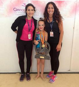 Marta Fernández, con sus entrenadoras Ana Torres e Inmaculada Márquez.