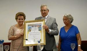 Antonia Grao ha hecho entrega a Joaquin Fernandez de un pergamino conmemorativo del momento