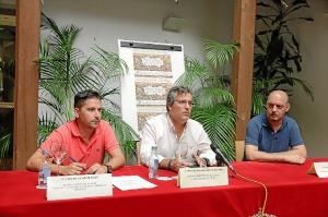El concejal de Comercio, el primer Teniente de Alcalde y el presidente de los comerciantes del mercado durante la presentacion