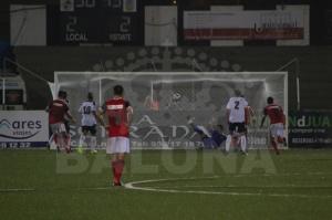 Jesús Vázquez anotando el tanto de la victoria ante la Balompédica Linense.