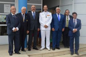 El Almirante Jefe de la Flota de la Armada Española y miembros de la Real Sociedad Colombina Onubense y del Ayuntamiento de Huelva.