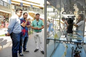 Jesus Toronjo, Esteban Magaz y Carlos Guarch observan el Goya expuesti en la muestra