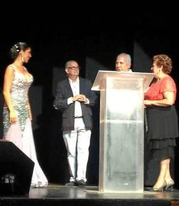 La Alcaldesa de Isla Cristina en el escenario junto a la artista y a los organizadores de la Gala