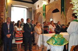 La Alcaldesa junto a resto de autoridades y miembros de la Hermandad en la Misa