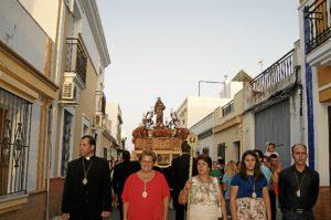 La Alcaldesa junto al Sacerdote Jesus Martin, la rematante de la Vara Encarnacion Cruz y el secretario de la Prohermandad, Pepe Felix Anastasio