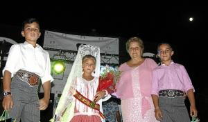 La Alcaldesa y a su vez Presidenta de la AAVV junto a la Reina Infantil