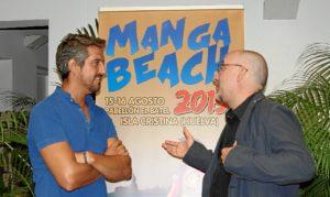 Natanael Lopez y Alejandro Casasola conversan ante el cartel anunciador