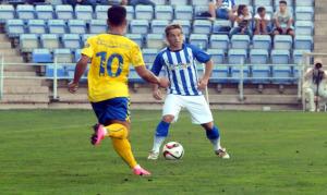 Edu Moya ante un jugador del Cádiz. (Espínola)