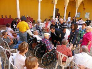 Alcalde y concejales con enfermos y familiares