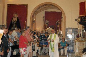 El nuevo parroco bendiciendo a los fieles