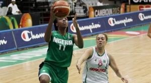 Elonu, jugadora del CB Conquero, jugando con la Selección de Nigeria.