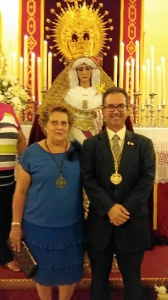 La Alcaldesa y el Hermano Mayor junto aa la Santisima Virgen de  las Mercedes