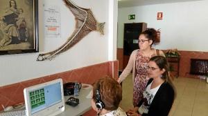 La concejala de Discapacidad observa comun una usuaria realiza la prueba Gradior