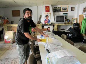 Miguel Angel Collado con el material escolar recogido por IU Nerva (1)