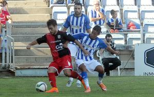 Kikas presionando a un jugador del Mérida. (Espínola)