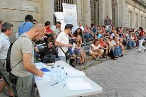 Imagen de la asamblea celebrada en plena calle días pasados por Ahora en Común-Huelva.
