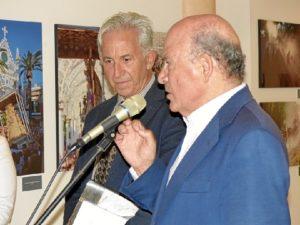 el autor, a la izquierda, asiste atento al acto inaugural