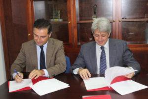 Alcalde-Moguer-director-refineria-La-Rabida-firmando-convenio