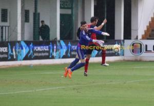 Penalti del portero del Betis B sobre Cristian Fernández. (Javier del Camps)