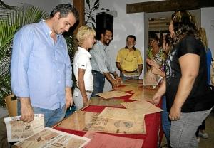 El concejal de Patrimonio junto a algunos de los participantes que observan las reproducciones de las cabeceras