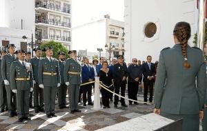 Isla Cristina Las autoridades locales con la Alcaldesa al frente han estado presenta en la izada de la Bandera