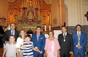 La Alcaldesa junto al Exaltador y su familia, el Presidente del Consejo y algunos de los Portavoces