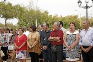 La Alcaldesa, primera por la izquierda junto a los miembros de la Asociacion de Vecinos y al Hermandad
