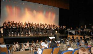 Las Corales y la Banda Sinfonica durante el concierto de clausura
